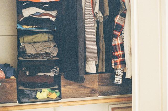 szafa pełna modnych ubrań
