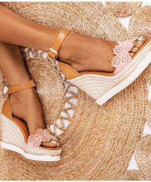 sandały koturny